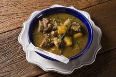 Lantligt ragukött med kassava kallade den Vaca atoladaen i Brasilien Arkivbild