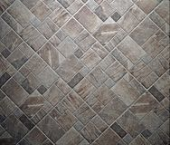 Lantligt stena golvet med olika format- och formtegelplattor Top beskådar arkivbilder