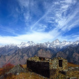 Lantligt stenhus i bergen Arkivbilder