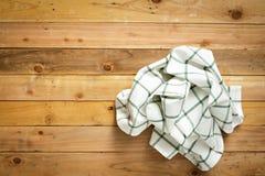 Lantligt trä med den vita rutiga tabelltorkduken Fotografering för Bildbyråer