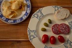 Lantligt träbräde med en gammal platta och ingredienser som ska ätas royaltyfri fotografi
