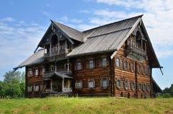 Lantligt trähus för traditionell ryss Arkivbilder