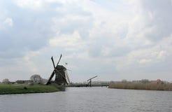 Lantligt vårlandskap med den holländska väderkvarnen royaltyfri bild