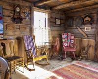Lantligt vardagsrum i en loggakabin royaltyfri bild