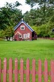 lantligt well trä för färgrikt stakethemmanhus royaltyfria foton
