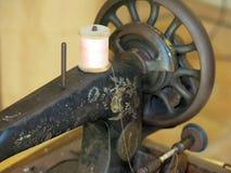 Lany żelazny szwalnej maszyny szyć Zdjęcia Royalty Free