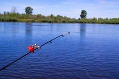 Lanzó una alimentación en el riverbank con una campana, pescando con un alimentador en el río Fotos de archivo
