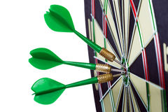 Lanza flechas en el centro de la blanco Imagen de archivo libre de regalías
