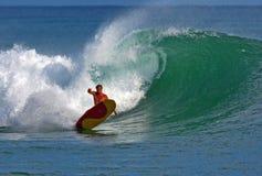 Lanza Hookano de la persona que practica surf que practica surf en Hawaii fotos de archivo libres de regalías