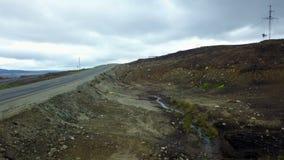 Lanzamiento épico del área contaminada cerca del nuevo camino en los Territorios del Norte de Rusia almacen de metraje de vídeo