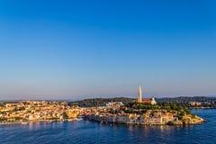 Lanzamiento aéreo de Rovinj, Croacia imagenes de archivo