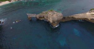 Lanzamiento aéreo del acantilado de la isla de Nusa Penida almacen de video