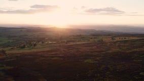 Lanzamiento aéreo en la puesta del sol sobre la altiplanicie escénica en Reino Unido metrajes