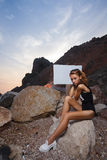 Lanzamiento adolescente de la moda de la muchacha en la playa de la puesta del sol con vacío Fotografía de archivo