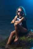 Lanzamiento adolescente joven de la moda de la muchacha en la playa de la puesta del sol Imagen de archivo libre de regalías
