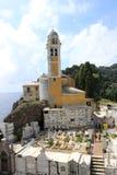 Lanzamiento ancho de la iglesia amarilla hermosa del faro de la fachada en Portofino, Italia fotografía de archivo libre de regalías