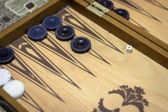Lanzamiento anguloso de dados del backgammon bajo luz oscuro fotos de archivo libres de regalías