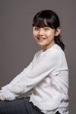 Lanzamiento asiático adolescente del retrato del estudio del niño de la muchacha - aislado Fotos de archivo libres de regalías