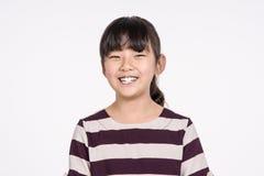 Lanzamiento asiático adolescente del retrato del estudio del niño de la muchacha - aislado Imágenes de archivo libres de regalías