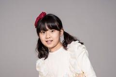 Lanzamiento asiático adolescente del retrato del estudio del niño de la muchacha - aislado Fotografía de archivo
