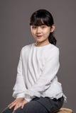 Lanzamiento asiático adolescente del retrato del estudio del niño de la muchacha - aislado Fotos de archivo