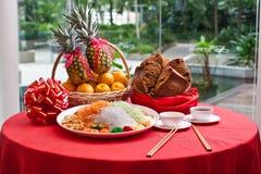 Lanzamiento asiático, Lohei, Huat Kueh, piña y naranjas de la prosperidad Fotos de archivo libres de regalías