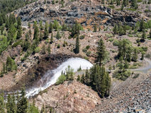 Lanzamiento de agua de la presa de Jackson Meadows Reservoir foto de archivo