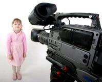 lanzamiento de la DV-videocámara una muchacha Fotos de archivo libres de regalías