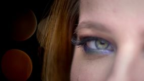 Lanzamiento de la mitad-cara del primer de la cara femenina hermosa joven con los ojos cerrados con la expresión facial alegre c almacen de video