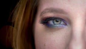 Lanzamiento de la mitad-cara del primer de la cara femenina hermosa joven con los ojos cerrados con la expresión facial sonrient almacen de video