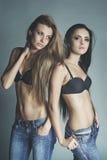 Lanzamiento de la moda de dos muchachas atractivas Imágenes de archivo libres de regalías