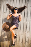 Lanzamiento de la moda de la mujer atractiva del younge que lleva el vestido corto Imagen de archivo