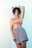 Lanzamiento de la moda del adolescente rizado hermoso Imagen de archivo libre de regalías