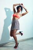 Lanzamiento de la moda del adolescente rizado hermoso Fotografía de archivo