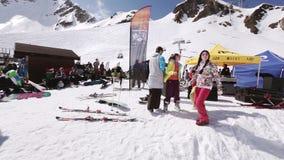 Lanzamiento de la muchacha en gente joven del baile de la cámara Estación de esquí encamp Día asoleado aclamación metrajes