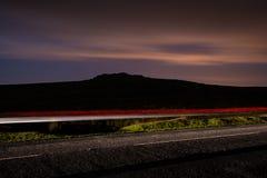 Lanzamiento de la noche de la falta de definición rápidamente de conducir el coche Fotografía de archivo libre de regalías
