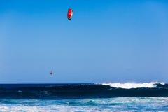 Lanzamiento de la onda del atleta de la cometa que practica surf   Fotos de archivo