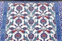 Lanzamiento de la parte inferior de la perspectiva de tonos azules, verdes y rojos de modelos ornamentales islámicos imágenes de archivo libres de regalías