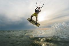 Lanzamiento de la persona que practica surf Imagen de archivo