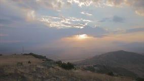 Lanzamiento de la puesta del sol de la montaña del paraglaider que vuela bajo almacen de video