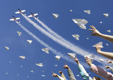 Lanzamiento de los aeroplanos de papel Fotografía de archivo libre de regalías