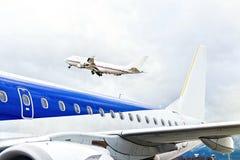 Lanzamiento de los aviones en el aeropuerto Imagen de archivo