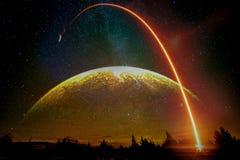 Lanzamiento de Rocket en superficie de tierra con la luna y la vía láctea enormes imagen de archivo
