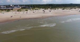 lanzamiento del abejón 4k de la playa en el mar Báltico almacen de video
