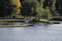 Lanzamiento del barco en el lago Foto de archivo