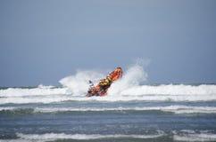 Lanzamiento del bote salvavidas en el mar imagenes de archivo
