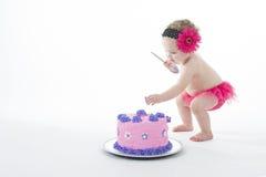 Lanzamiento del choque de la torta: ¡Niña y torta grande! Foto de archivo libre de regalías