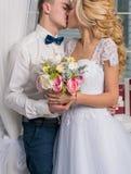 Lanzamiento del estudio de la boda con los besos de la decoración, abrazos Imágenes de archivo libres de regalías