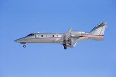 Lanzamiento del jet del negocio aislado en un fondo del cielo azul. Foto de archivo libre de regalías