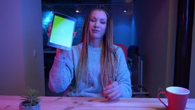 Lanzamiento del primer del blogger femenino atractivo joven con los dreadlocks que juegan el gameson video la tierra de la tablet almacen de video